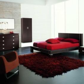 бордовый ковер в спальню