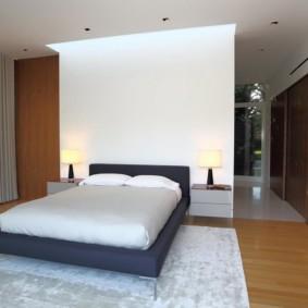 большой светлый ковер в спальню