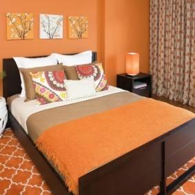 оранжевый ковер в спальню