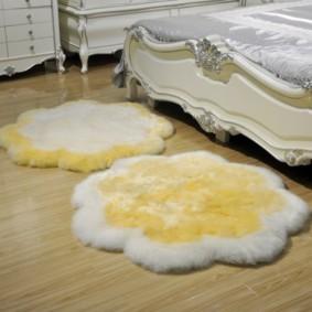пушистый маленький ковер в спальню
