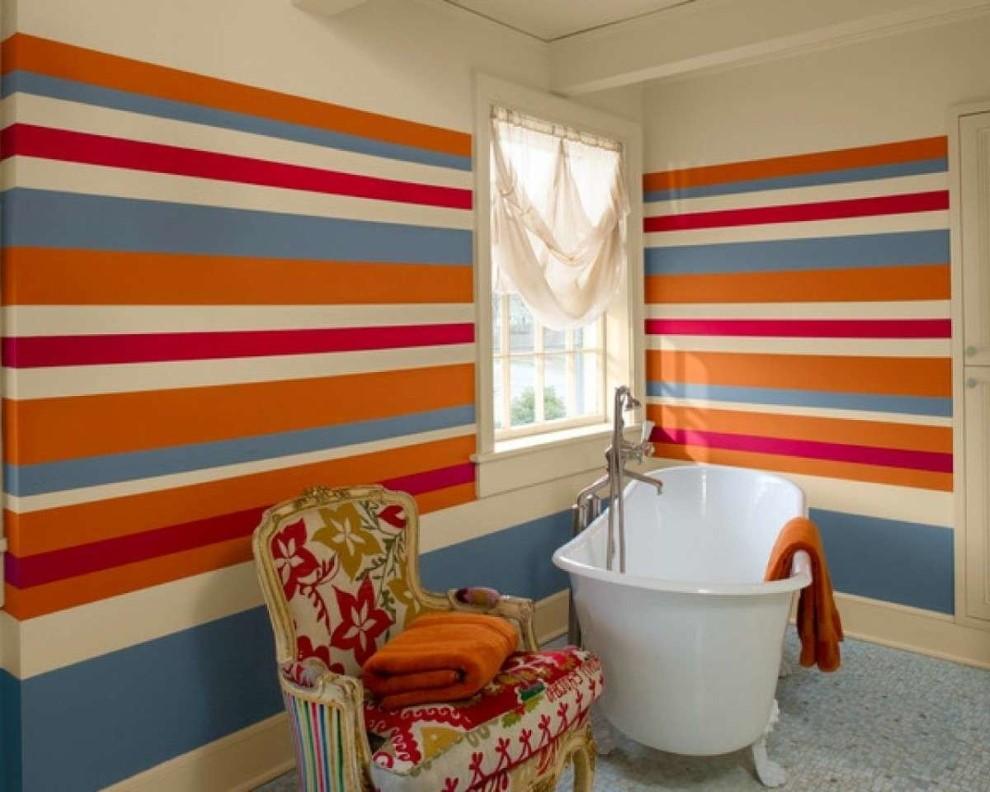 Стены ванной комнаты в разноцветную полоску