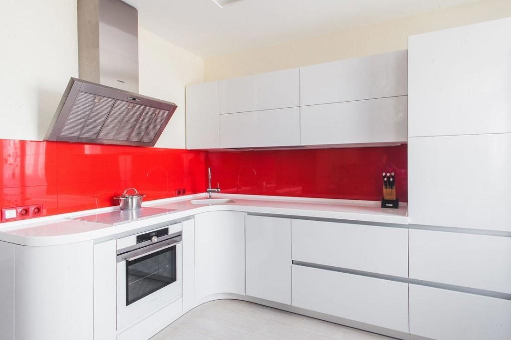 Красный фартук на кухне с угловой мойкой