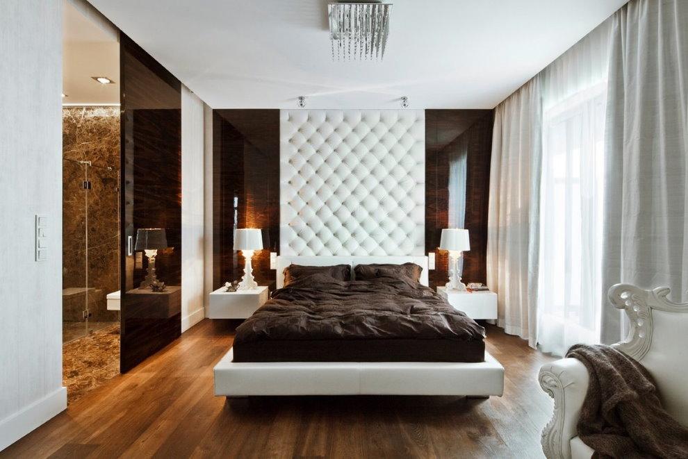 Белые шторы в спальне квартиры