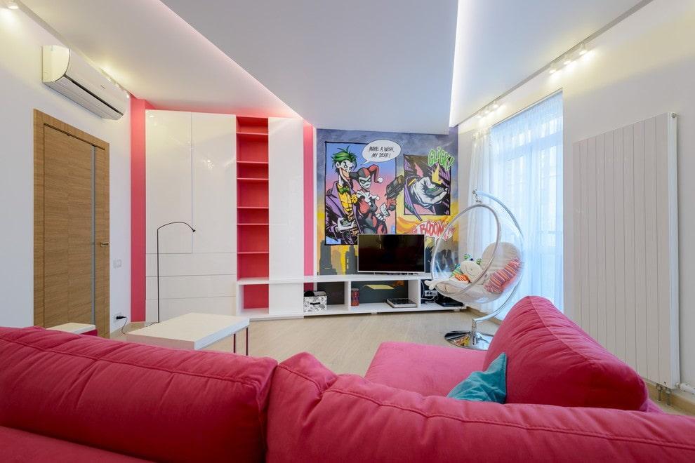 Красный диван в комнате стиля поп-арт