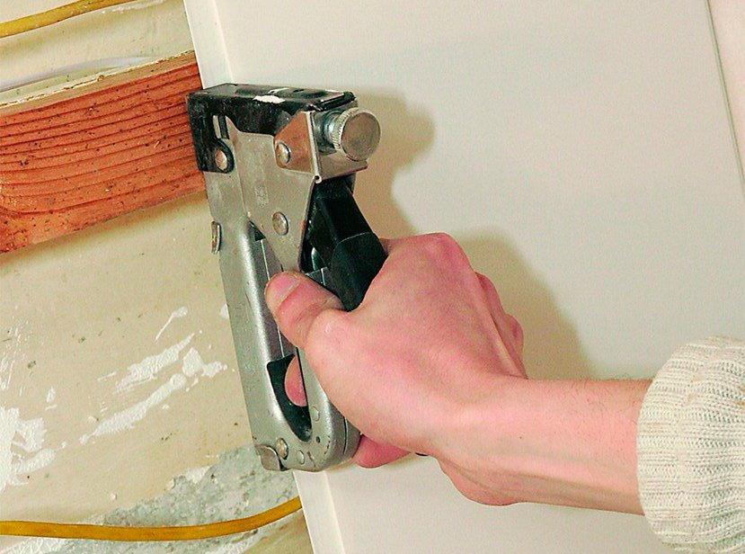 Монтаж ПВХ-панели скобами на деревянную обрешетку