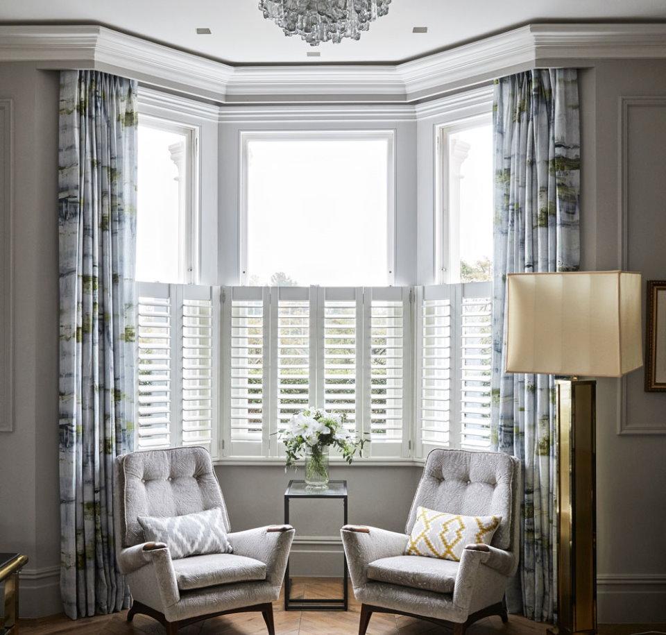 Мягкие кресла в квартире с эркером в гостиной