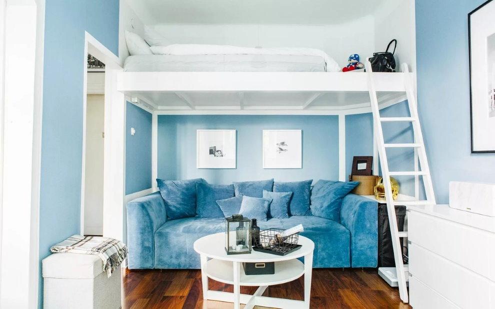 Прямой диван на нижнем ярусе кровати-чердака
