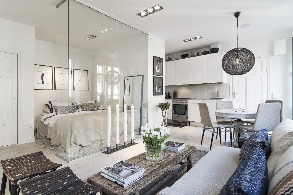 Зонирование стеклом квартиры площадью в 50 квадратов