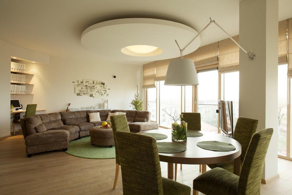 Круглая конструкция из гипсокартона на потолке зала
