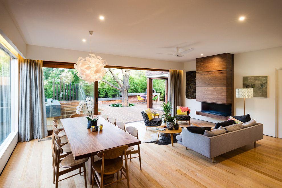 Светлый ламинат в гостиной загородного дома