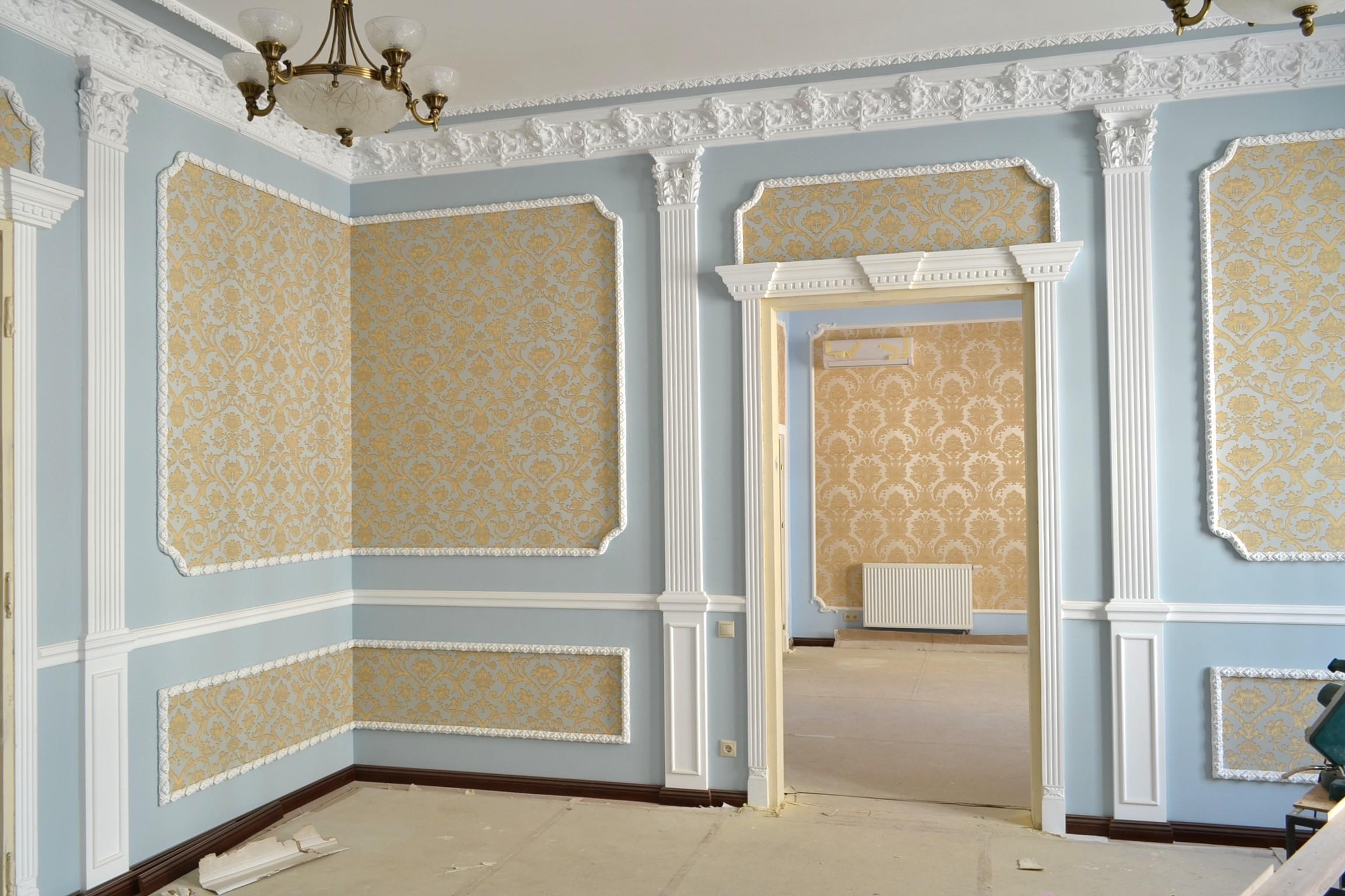 Фото отделки декоративным плинтусом на стене