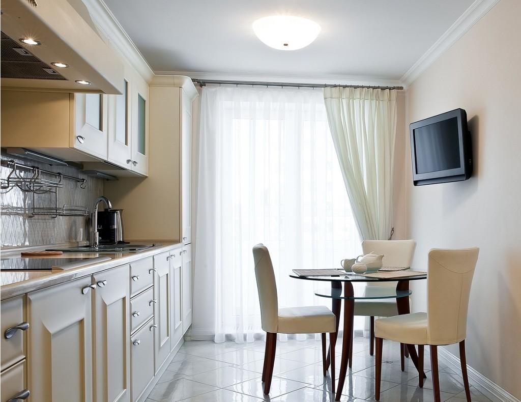 Сочетание шторы с мебелью в кухне