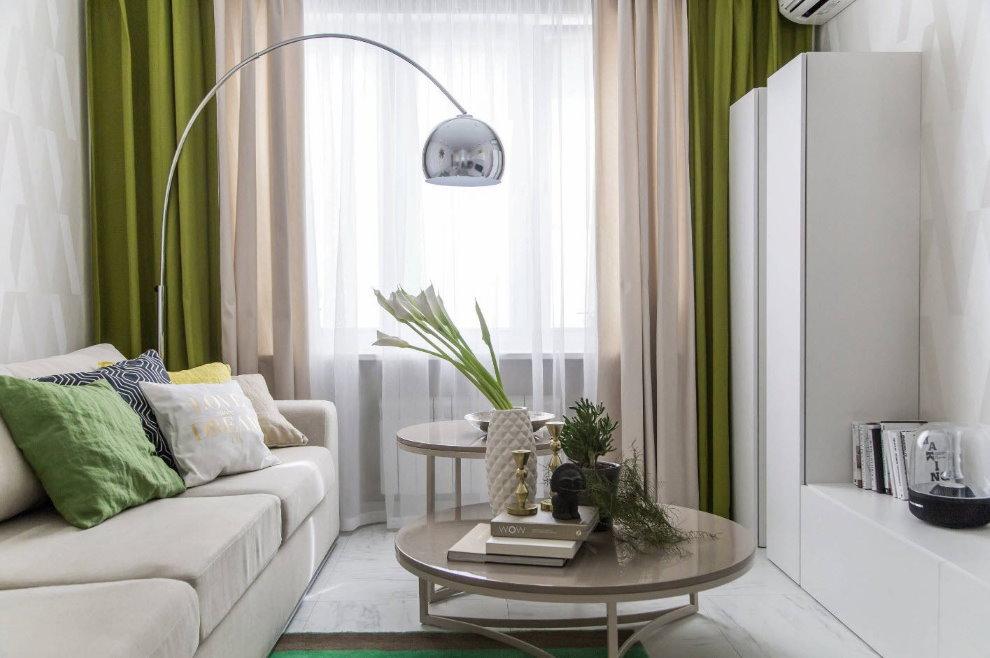 Зеленый шторы в небольшой гостиной белого цвета