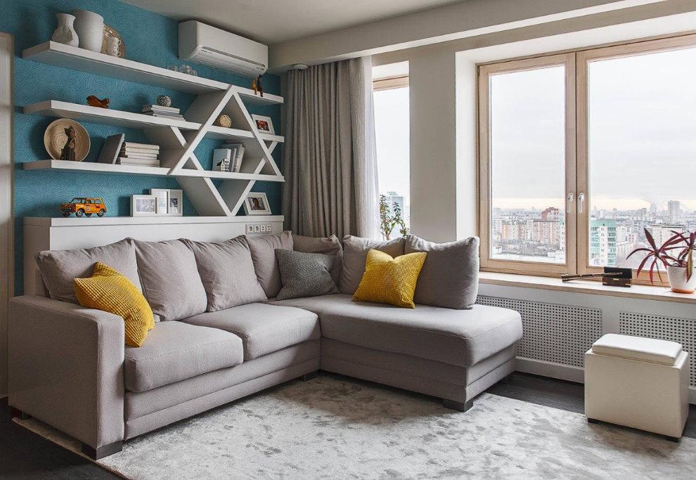 Угловой диван перед окном гостиной в квартире