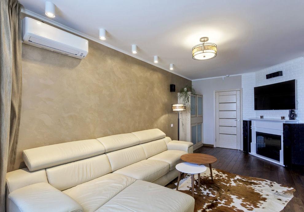 Небольшая гостиная с матовым потолком