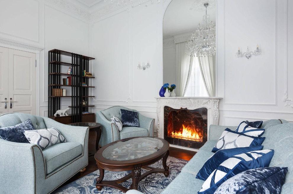 Мягкая мебель с голубой обивкой в белом зале
