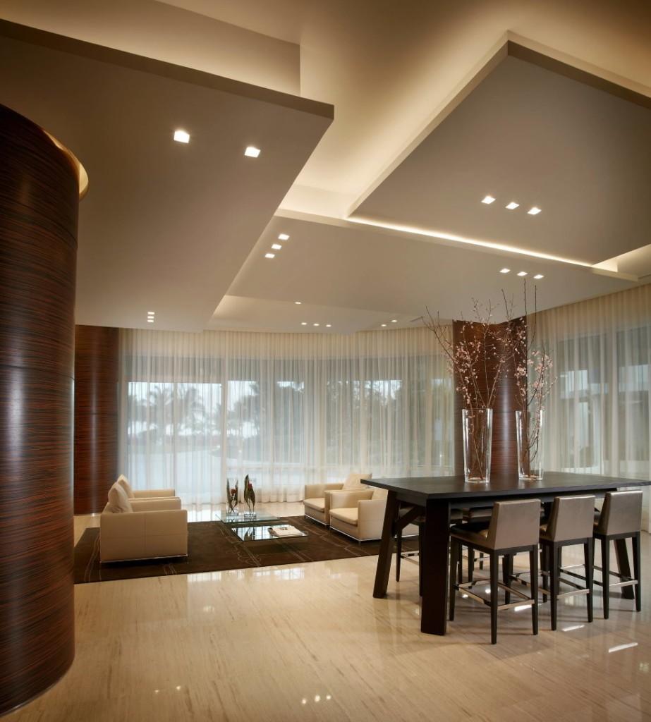 Многоуровневый потолок из гипсокартона в зале частного дома
