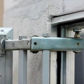 Регулировка положения дверцы нажимного люка