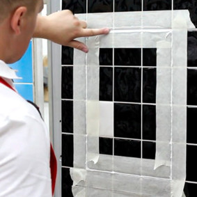Нанесение силиконового герметика в щель сантехнического люка