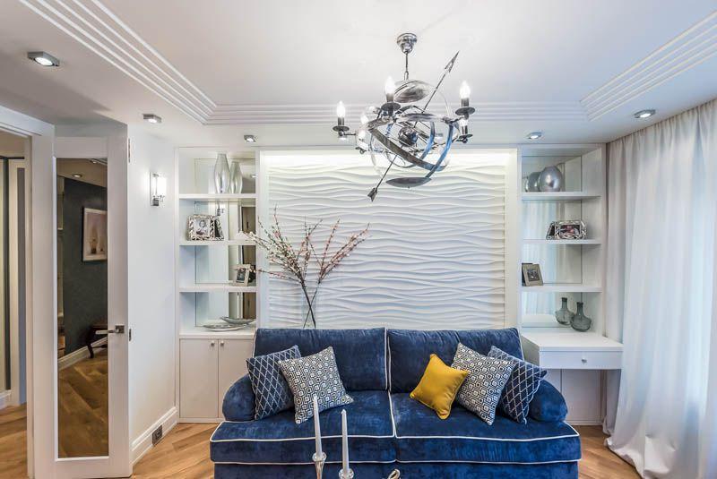 Синий диван в зале морского стиля