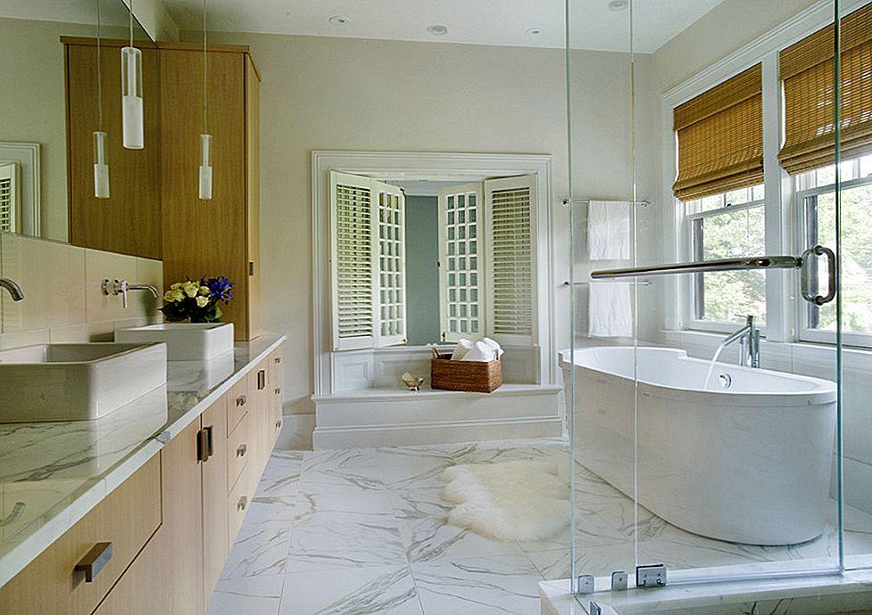 Мраморный пол в ванной с окнами