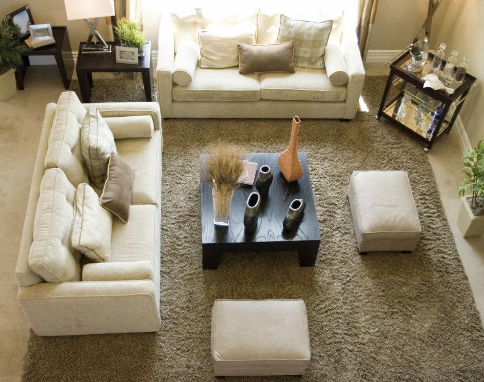 Мягкие пуфы в гостиной с диванами