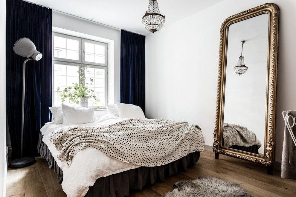 Спальная комната с напольным зеркалом