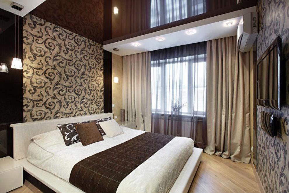 Темный натяжной потолок в спальне с коричневыми шторами