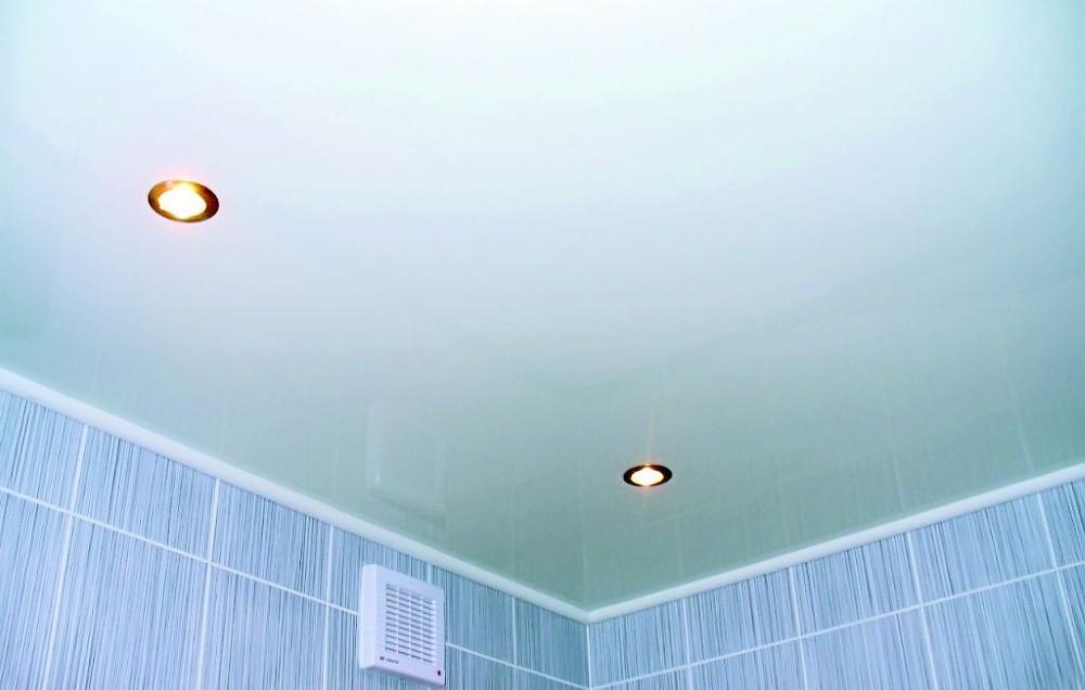 Встроенные светильники на натяжном потолке ванной