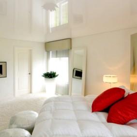 натяжные потолки в спальне фото интерьер