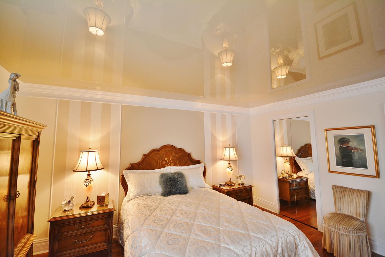 натяжные потолки в спальне дизайн