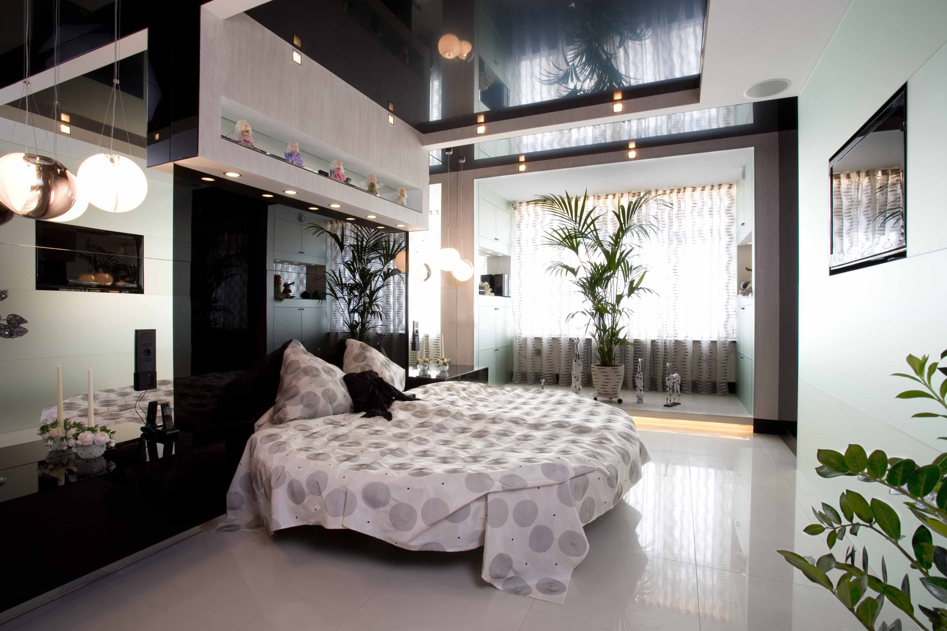 натяжные потолки в спальне глянцевые