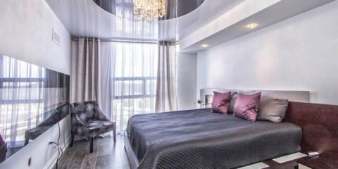 натяжные потолки в спальне глянец
