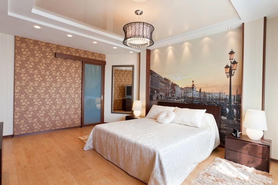 натяжные потолки в спальне со светильниками