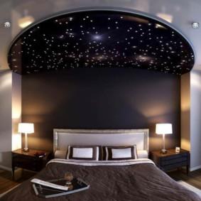 натяжные потолки в спальне декор