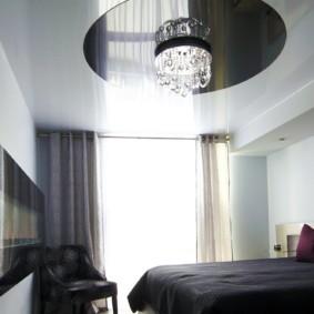 натяжные потолки в спальне фото декор