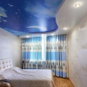 натяжные потолки в спальне фото декора