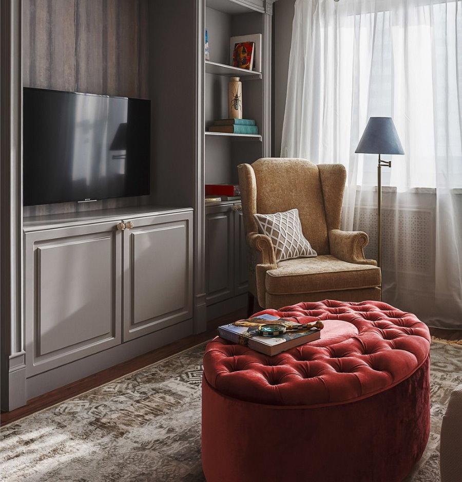 Бардовый пуф вместо столика в гостиной