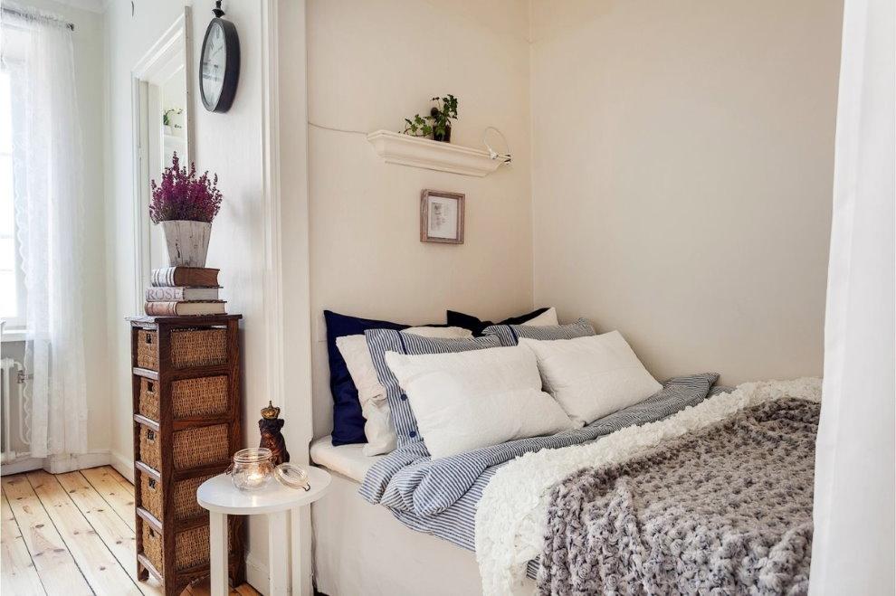 Двухспальная кровать в нише однокомнатной квартиры