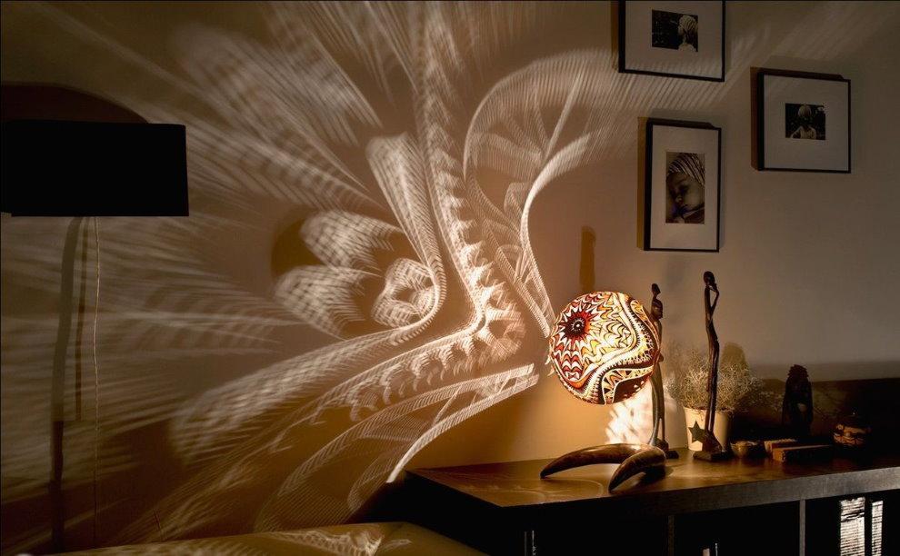Сказочные узоры на стене спальни от ночного светильника