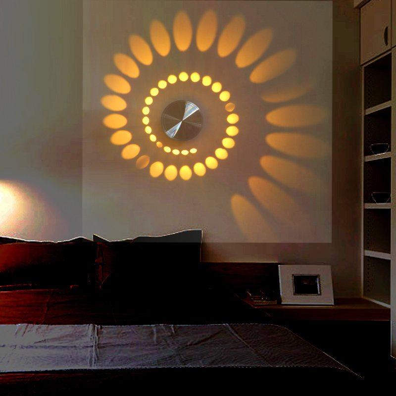 Дизайнерский светильник на стене спальни