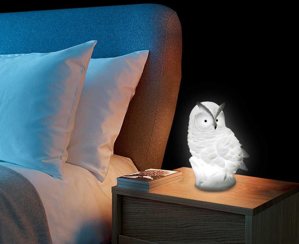 Настольный ночник в виде совы на прикроватной тумбочке