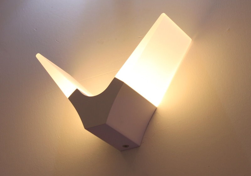 Светодиодный ночник на стене спальни