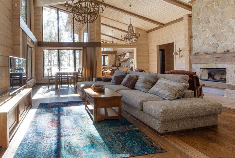 Гостиная деревянного дома с угловым диваном