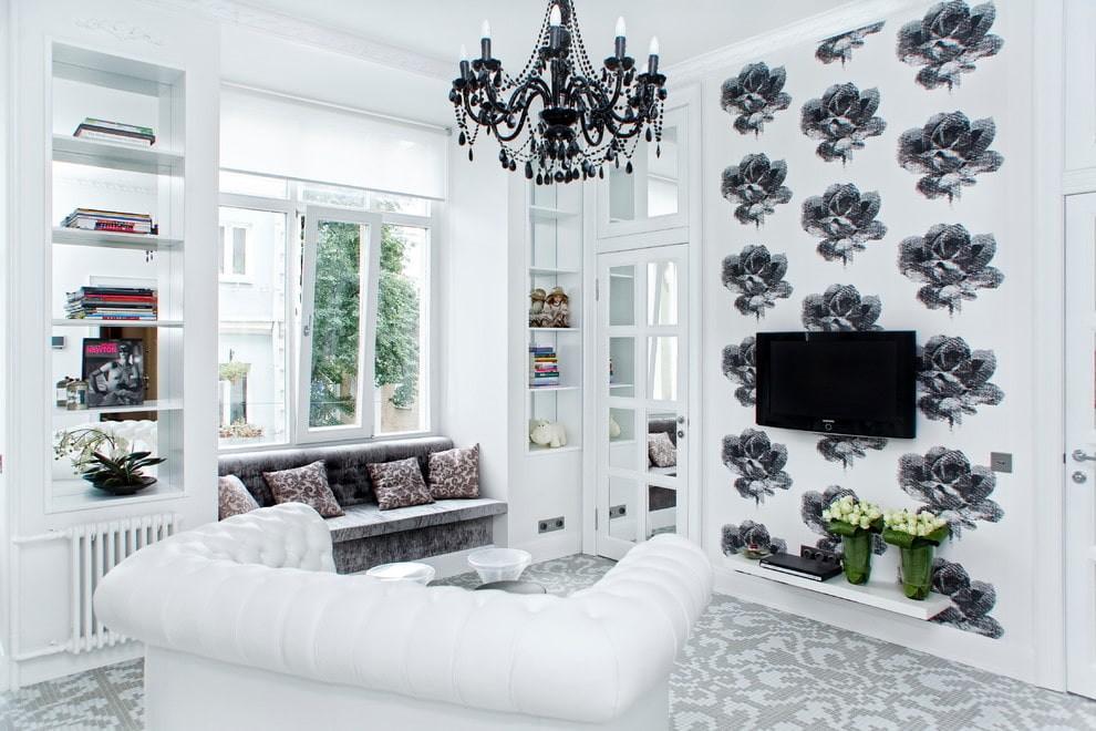 Телевизор на стене с цветочными обоями