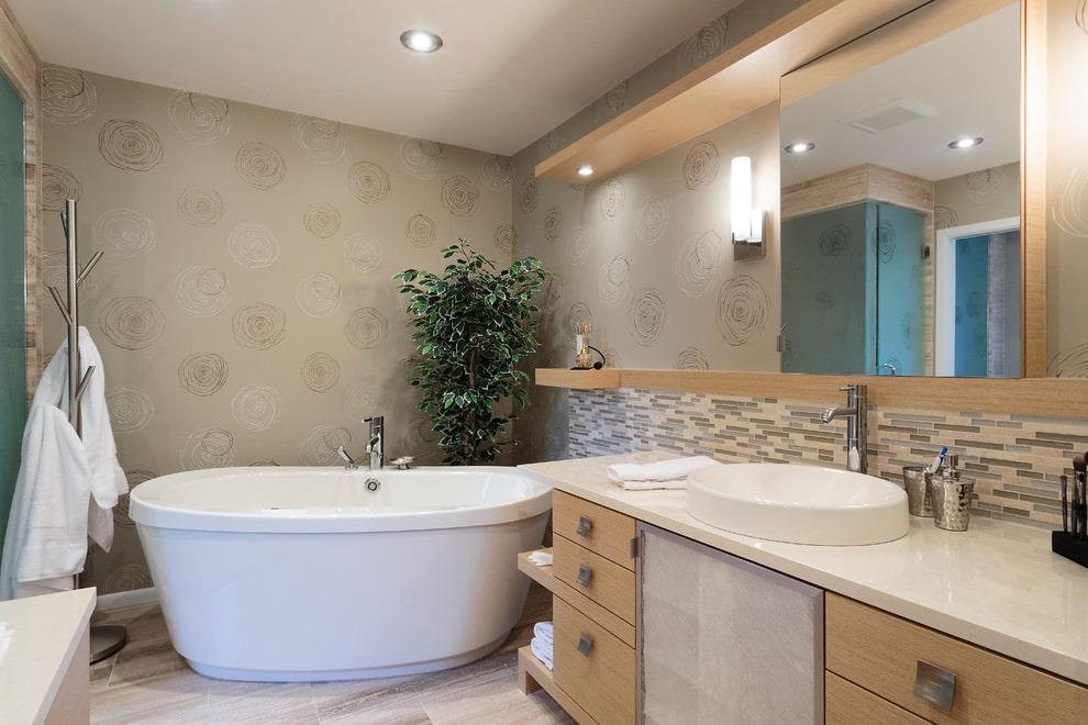 Белая ванна в комнате с виниловыми обоями