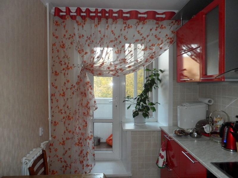 Тюлевая штора на кухне с балконом