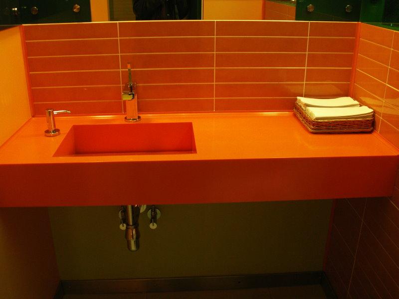 Оранжевая плитка над столешницей в ванной