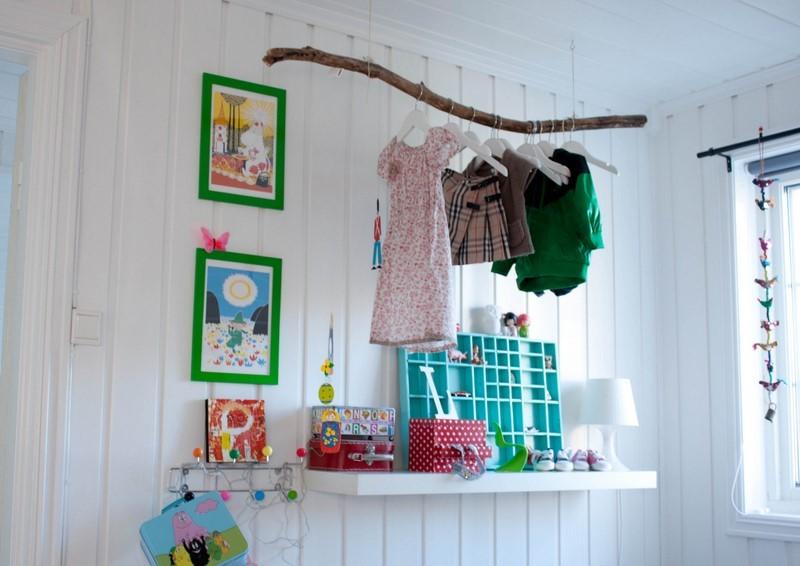 Вешалка-ветка для одежды в детской комнате