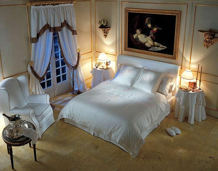 Настольные светильники на прикроватных тумбах спальни